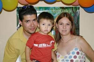 Alex Daniel junto a sus papás, Héctor Coss Cázares y Alejandra Banda