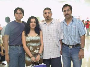<u><i> 21 de julio</i></u><p> Gina e Hilario Guerrero viajaron a Tijuana, fueron despedidos por Víctor de León y Mario Velásquez antes de tomar su vuelo