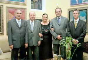 Con motivo de su cumpleaños fue festejada en días pasados Ana Patricia de Sánchez, la acompañaron, Ernesto Sánchez, Jorge Dueñes, Roberto Ayala y Fernanado Rentería