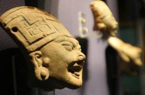 Piezas olmecas de cerámica  que forman parte de la exposición La magia de la risa y el juego en Veracruz prehispánico.