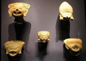 Aspecto de piezas olmecas de cerámica  que forman parte de la exposición La magia de la risa y el juego en Veracruz prehispánico que se encuentra en el Museo Metropolitano de  monterrey.