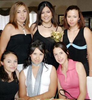 Beatriz Vargas Jiménez, acompañada por algunas de las invitadas a su despedida de soltera celebrada en días pasados.