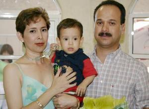 Diego Márquez Magallanes junto a sus papás, Francisco Rafael Márquez  y María de Lourdes Magallanes, el día que celebró su primer año de vida.