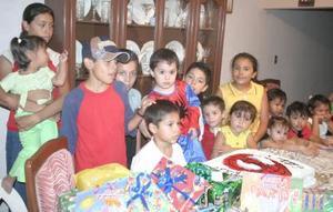 Esteban Alba García, acompañado de algunos amiguitos en su fiesta de cumpleaños.