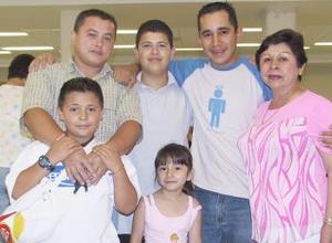 Eulalia Jáquez, Carlos Gassós, Hugo Acosta y Frida Anubis viajaron a Tijuana, los despidieron Carlos y Paco.
