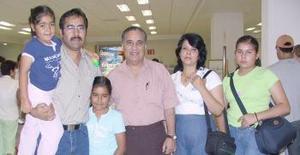 <u><i> 23 de julio</i></u><p>  Rebeca Martínez, Víctor, Rebeca, Raquel y Renato de León viajaron a Tijuana, los despidió Samuel de León.