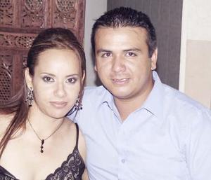 Elizabeth Mireles y Arturo García, en reciente acontecimiento de boda.