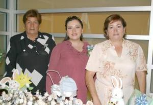 Alejandra Mogollón de De Aguinaga junto a las organizadoras de su fiesta de regalos, Alejandra R. de Mogollón y Alicia S. de De Aguinaga.