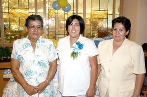 Flora de Berumen junto a las organizadoras de su fiesta de regalos, señoras María Asunción de Berumen y Rosa María Cervantes.