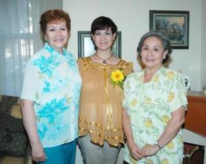 Magdalena Castilla Villegas en compañía de Guadalupe Martínez y Susana Villegas, organizadoras de su fiesta de regalos.