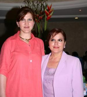 <u><i> 25 de julio </u></i><p>   Maribel Bitar de Castillo junto a su mamá Rosalía M. de Bitar, en la fiesta de regalos que le ofreció en honor al bebé que espera.