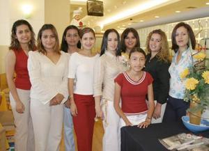 Ana Jocabet Muñoz Rodríguez, en compañía de algunas amistades en su despedida de soltera.