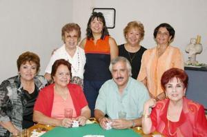 Beatriz W. de Casta, en compañía de algunos asistentes al convivio que le ofrecieron por su cumpleaños.