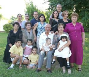 José Refugio Méndez Lozano acompañado de sus hijos, hijos políticos, nietos y bisnietos, en el convivio que le ofrecieron por su 91 años de vida en días pasados.