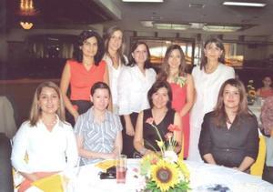 María del Rocío Acosta Rodríguez, en compañía de algunas asistentes a su despedida de soltera.