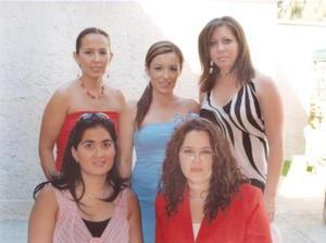 Montserrat Cassan en compañía de Lupita de Villalobos, Cristy Garibay de Vargas, Vero Luévanos de Ramírez y Olga de Mota, en su despedida de soltera.