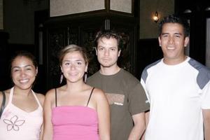 Eduardo Mcfly, Ale Frías, Ale Guangorena y Renee Flores, captados en pasado acontecimiento social