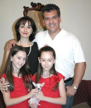Ricardo Martínez Schmidt y María Ramírez de Martínez con sus hijas Mariana y Carolina, captados en pasado acontecimiento social.