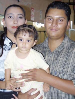 Ariadna Valdivia Herrera en compañía de sus papás, Adrían Valdivia Hernández y Rocío Herrera Ortega, en la fiesta de cumpleaños que le ofrecieron en días pasados.