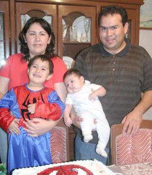 Esteban Alba García en compañía de sus papás, Édgar Vidal Alba y Verónica García de Alba y se su hermano Santiago,m en su fiesta de cumpleaños