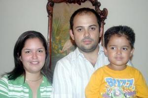 Ignacio e Irma Flores Murgía con su pequeño hijo Ignacio, en un agradable festejo social.