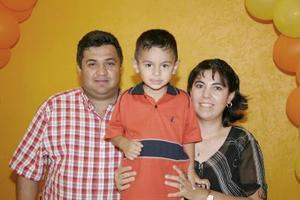 José Castillo Aguilar en compañía de sus papás, José Castillo Barrios y Rosa Aguilar Macías, en su fiesta de cumpleaños