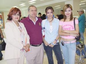 Óscar Luján, Paty Morales, Perla Luján, y Mariela Luján viajaron con destino a Disneylandia.