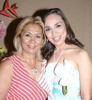Ivet Villegas Ramírez acompañada de Bertha de Villegas, en su despedida