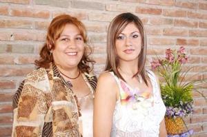 Ivone Guerrero Ortiz acompañada por su mamá, Ivone Ortiz de Guerrero, organizadora de sus despedida de soltera