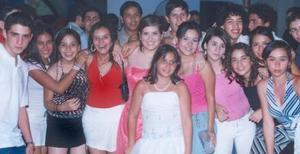Carla Calderón Duclaud acompañada por un grupo de amigos, en la fiesta que le organizaron por su cumpleaños, en la cual recibió sinceras felicictaciones, además de numerosos obsequios.