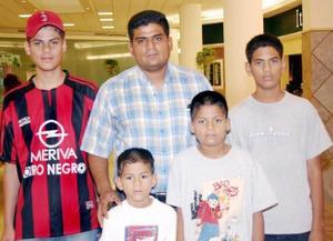 Carlos Schimpf en compañía de sus hijos Víctor, Iván, Ángel y Allan.