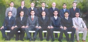 José Luis Orozco, Diego, Carlos, José, Adrián, Tito, Javier, Jorge, Hugo, Germán, Felipe, Fer, Luis , acompañaron a Roberto Flores el día de su graduación.