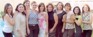 L Liliana Rodríguez Canales acompañada por sus amigas, en el festejo pre nupcial que le ofrecieron en días pasados.