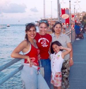 <i><u> 26 de julio</i></u><p>   Yadira Cortez Jáquez radica actualmente en Kema, Tezas la acompañan en la fotografía Mariel Magaña, Wendy y Vivian Westwok.