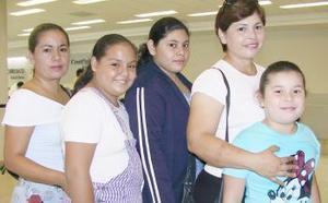 Alejandra Varela y Elsa Rosales, salieron rumbo a Tijuana, las despidieron Norma Carreón y Paola Varela.