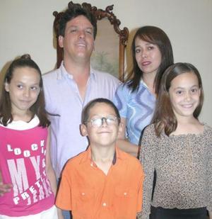 Jorge y Gaby Martínez Chávez con sus hijos Gaby, Jorge y Adriana, en pasado festejo social.