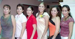 <i><u> 28 de julio</i></u><p>  Sandra Rocío Martínez Pérez, en compañía de algunas asistentes a su despedida de soltera realizada en días pasados.
