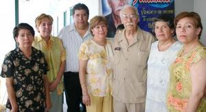 Alberto Betancourt Vargas en compañía de sus hijos Elsa, Martha, Alicica, Silvia, Magdalena, Patriccia y Jesús Betancourt, en su fiesta de cumpleaños.