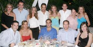 Ramón Franco y Scarlett Abularach acompañados de algunos asistentes a la despedida de solteros que ofrecieron a Ramón }Franco y Scarlett Abularach con motivo de su cercano enlace matrimonial.