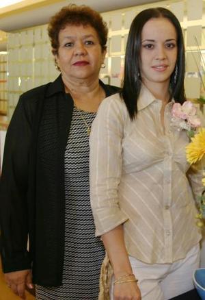 Ana Jocabeth Muñoz Rodríguez acompañada de Ángeles Rodríguez de Muñoz, en su despedida de soltera.