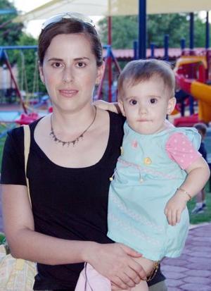 Lourdes de Ruenes y la pequeña Lucía Ruenes.