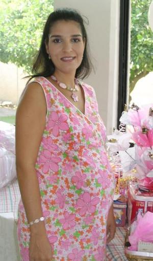 Mariestela Ramírez de Fernández recibió numerosos obsequios, enla fiesta de canastilla que le ofreció la familia Ramírez, por el cercano nacimiento de su primer bebé.