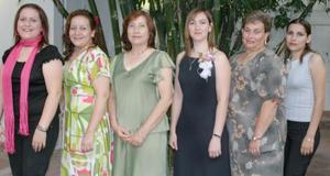 Beatriz Villegas Flores acompañada por las anfitrionas de su festejo pre nupcial, que le ofrecieron hace unos días.