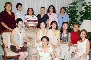 Brenda Angélica García de Chávez acompañada por un grupo de amigas, enb la fiesta de canastilla que le prepararon por el cercano nacimiento  de su bebé.