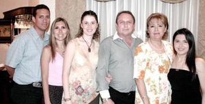 Jesús Manuel y Lupita de Pereyra en compañía de Mónica, Marcela y Lorelei Pereyra  y César Pérez, en pasado festejo social.