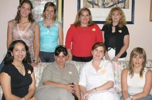 Maribel Bitar de Castillo acompañada por un grupo de amigas, quienes le ofrecieron una fiesta de regalos en honor del bebé que espera.