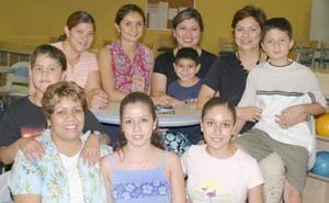 <i><u> 30 de julio</i></u><p>  Tenesy, Lupita, Belinda, Laura y Lupita con sus hijos María, Anita, Mariano, Bijan, Joshua y Santiago.