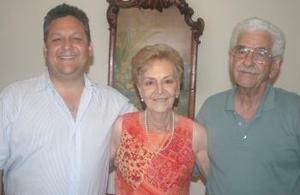 Aureliano, Irma y Luis Martínez Schmidt, en reciente acontecimiento social.