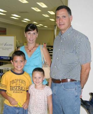 Alejandra Díaz de González y Juan José González Sesma con sus pequeños.