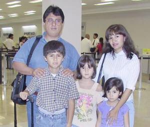 Rafael, Mercedes, Itziany, Athziri y rafael Corral viajaron a Cancún.